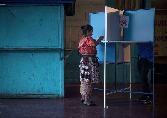 Una mujer marca su voto en un centros de votación en la ciudad de Guatemala