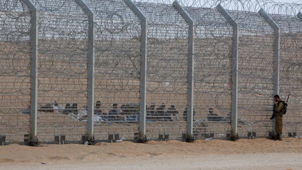 Inmigrantes africanos se sientan detrás de la valla fronteriza entre Israel y Egipto - Sputnik Mundo