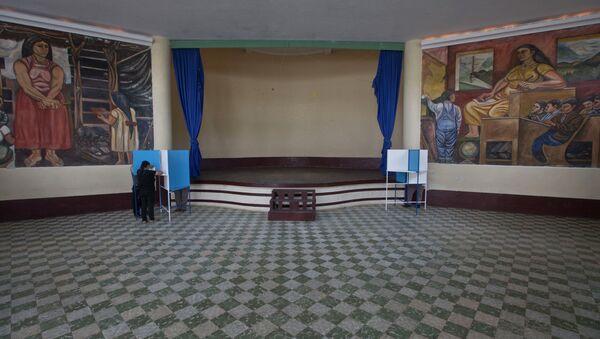 La gente vota en un centro de votación durante las elecciones generales en Mixco, Guatemala - Sputnik Mundo