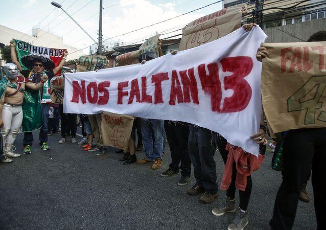 Manifestantes protestan exigiendo la justicia en el caso de 43 estudiantes desaparecidos