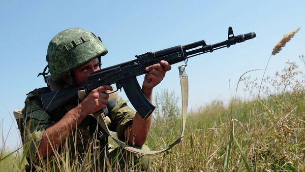Soldado de FFAA de Rusia durante maniobras - Sputnik Mundo