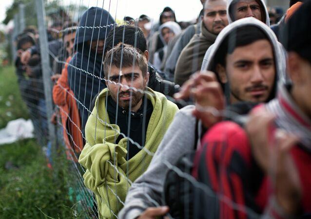 Gente espera en la fila para cruzar la frontera, Hungría