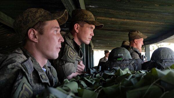 Militares rusos durante los ejercicios - Sputnik Mundo