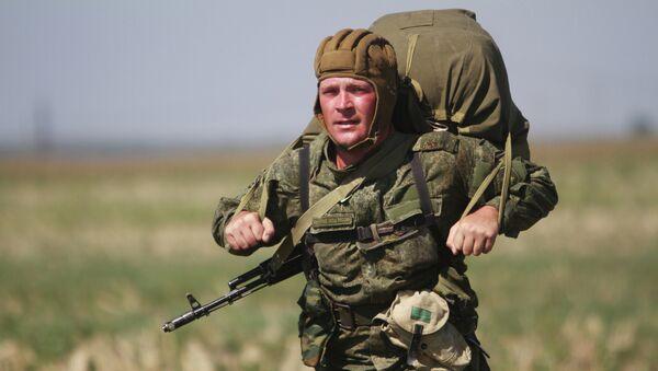 Militar ruso durante ejercicios (archivo) - Sputnik Mundo