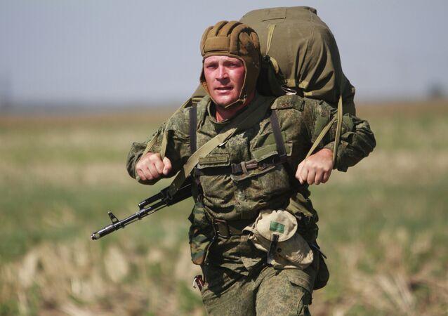 Militar ruso durante ejercicios (archivo)