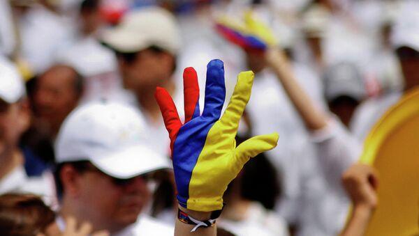 Un guante pintado de colores de la bandera de Colombia - Sputnik Mundo
