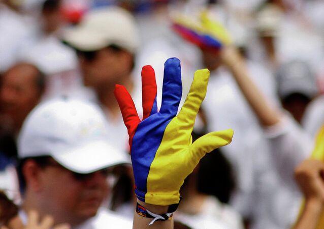 Un guante pintado de colores de la bandera de Colombia