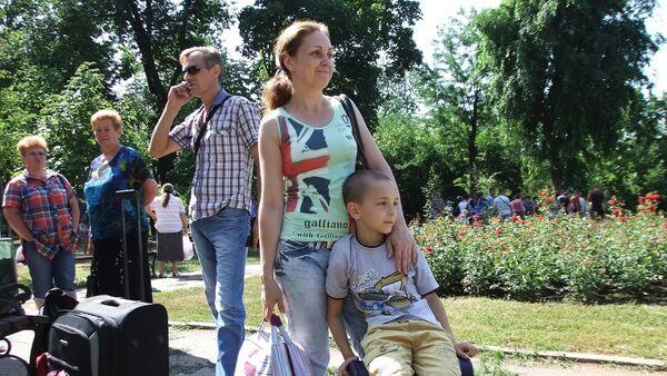 Niño de Donetsk va de vacaciones a Rusia - Sputnik Mundo