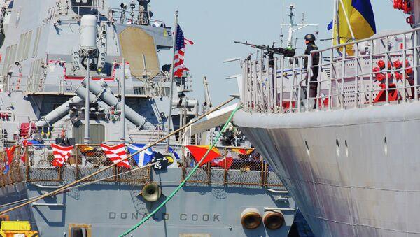 Donald Cook, destructor estadounidense, y Hetman Sahaidachnyi, fragate ucraniana, durante maniobras Sea Breeze 2015 - Sputnik Mundo