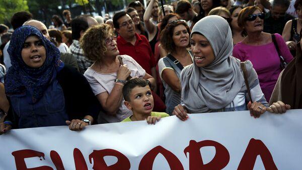 Manifestación contra política actual europea de reparto de refugiados en Madrid, España - Sputnik Mundo