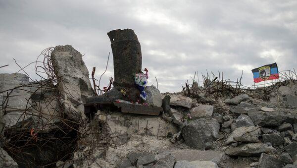Bandera de la RPD cerca del monumento de Saur Moguila en Donetsk, Ucrania (archivo) - Sputnik Mundo