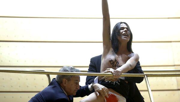 Activista de Femen en el Senado de España - Sputnik Mundo