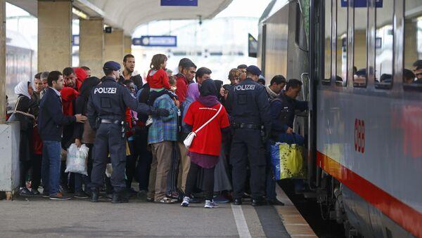 Migrantes cogen el tren a Alemania en Viena - Sputnik Mundo