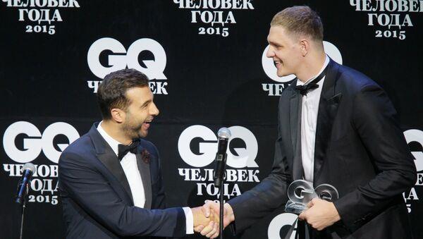 Baloncestista Timofei Mozgov (a la derecha) durante la ceremonia organizada por la revista GQ - Sputnik Mundo
