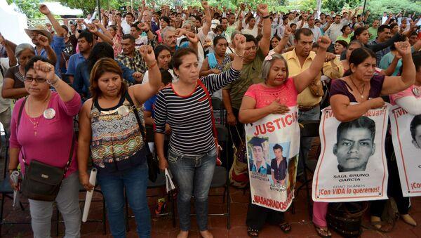 Familiares y amigos de los estudiantes desaparecidos en Ayotzinapa durante el encuentro con los miembros de CIDH, el 8 de septiembre, 2015 - Sputnik Mundo