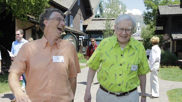 Bill Gates junto a Warren Buffett, foto de archivo - Sputnik Mundo