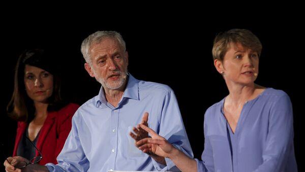 Liz Kendall, Jeremy Corbyn y Ivette Cooper durante el debate de liderazgo organizado por el periódico The Guardian - Sputnik Mundo