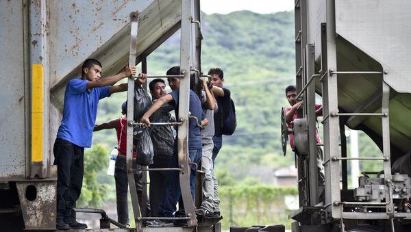 Inmigrantes ilegales en la frontera entre México y EEUU - Sputnik Mundo