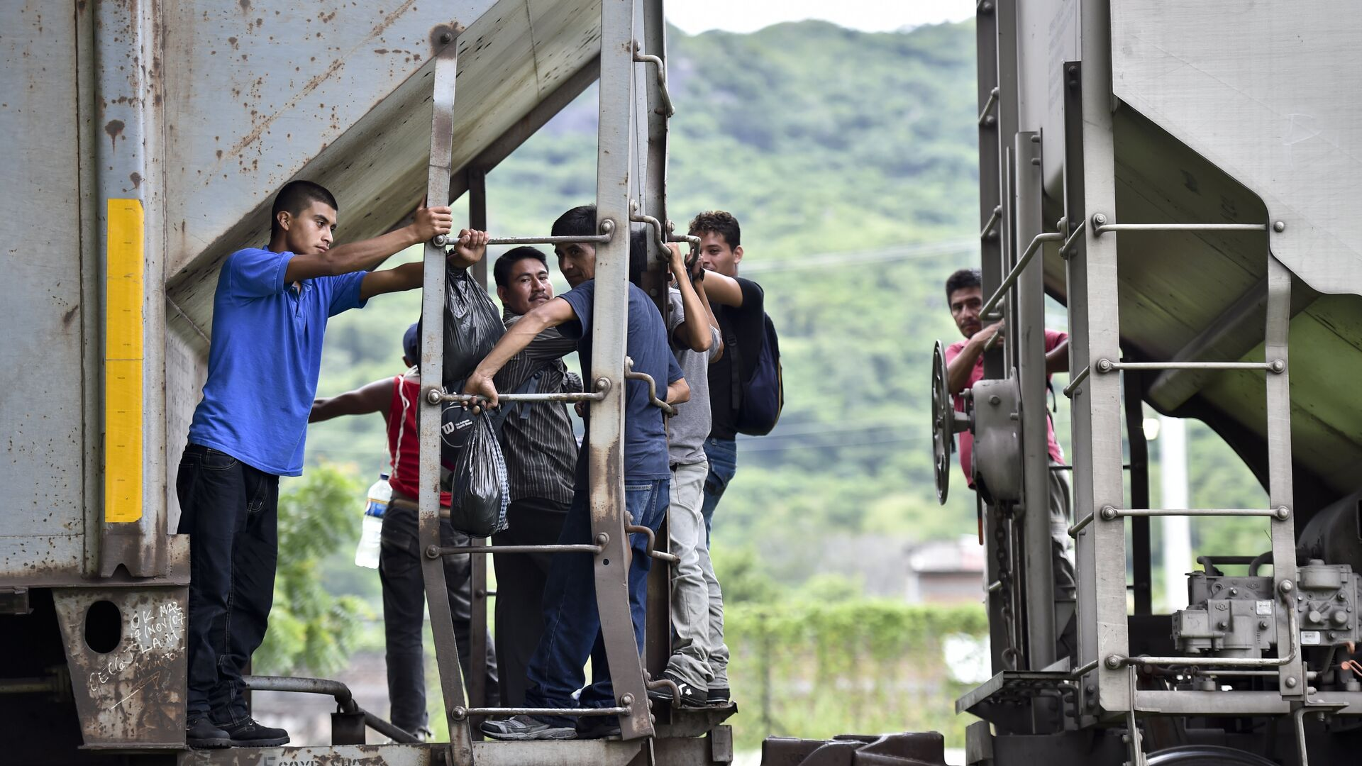 Central American migrants ride the train called The Beast in their attemp to reach the border between Mexico and the United States on September 1, 2014 in Arriaga, Chiapas state, Mexico. - Sputnik Mundo, 1920, 07.06.2021