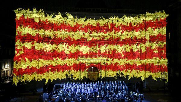 Bandere nacional de Cataluña en la fachada del palacio de la Generalidad durante una ceremonia para conmemorar 'Día Nacional de Cataluña' - Sputnik Mundo