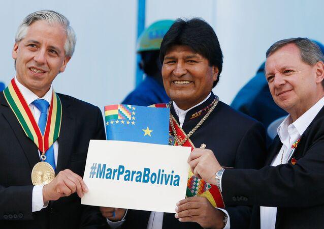 El presidente de Bolivia, Evo Morales (c.), con el vicepresidente Alvaro Garcia Linera (izda.) y el presidente de la Cámara de Senadores, José Alberto Gonzales