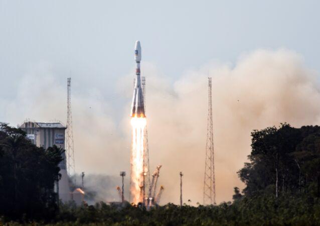 Cohete portador Soyuz-ST con los satélites Galileo (archivo)