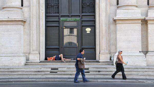 Un sin techo en Roma - Sputnik Mundo