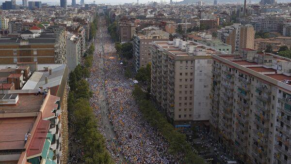 Gente han salido por la Avenida de la Meridiana, celebrando la Diada, Barcelona, Cataluña - Sputnik Mundo