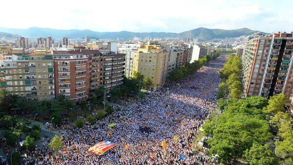 Partidarios de la independencia de Cataluña celebran la Diada en la Avenida de la Meridiana, Barcalona - Sputnik Mundo