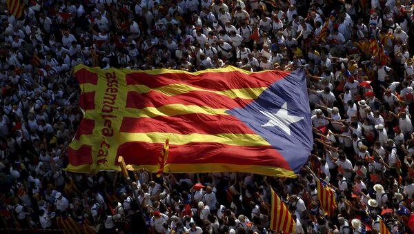 Bandera independista de Cataluña durante la demonstración Via Lliure a la Republica Catalana - Sputnik Mundo