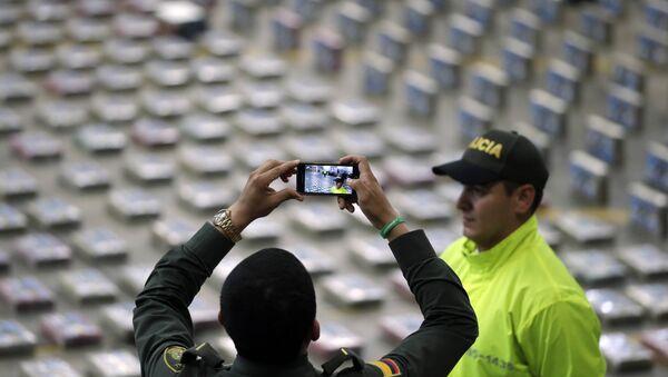Policía toma fotos de paquetes de cocaína presentados por la Policía para la prensa en Bogota, Colombia - Sputnik Mundo
