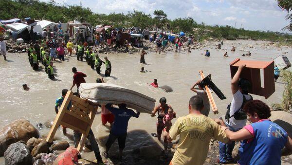 Colombianos cruzan el río Tachira de ser deportados desde Venezuela - Sputnik Mundo