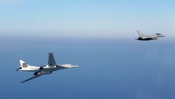 Bombardero estratégico ruso Tu-160 y caza typhoon de la RAF - Sputnik Mundo