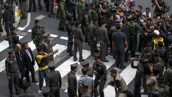 Policía y un sospechoso cerca del lugar del atentado en Bangkok - Sputnik Mundo