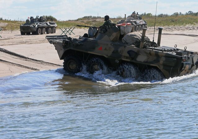 Los vehículos blindados rusos BTR-80 durante unas maniobras (archivo)