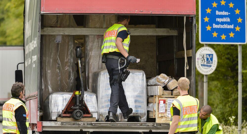 Policía Federal de Alemania inspecciona un camión en la frontera entre Austria y Alemania