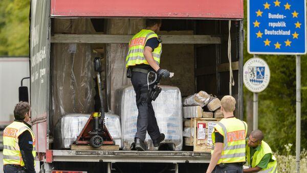 Policía Federal de Alemania inspecciona un camión en la frontera entre Austria y Alemania - Sputnik Mundo