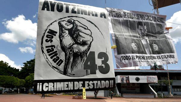 Los pósters de los manifestantes que exigen la justicia en el Caso Ayotzinapa en Plaza Zocalo en Iguala - Sputnik Mundo