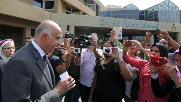 Khaled Rami, ministro de Turismo de Egipto, habla con periodistas después de visitar los turistas heridos en el hospital, el 14 de septiembre, 2015 - Sputnik Mundo