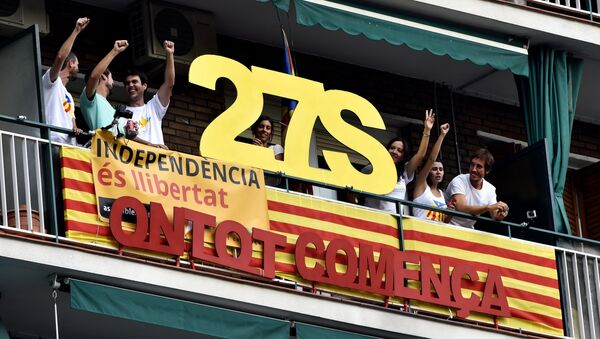 Celebración de la Diada en Barcelona. El póster dice «El 27 de septiembre todo empieza». - Sputnik Mundo