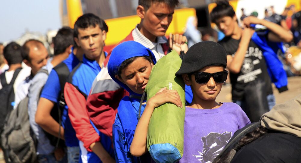 Los inmigrantes suben a un autobús después de cruzar la frontera de Serbia cerca Röszke, Hungría