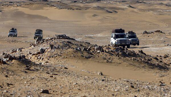 Vehículos turísticos en el desierto del Este en Egipto - Sputnik Mundo