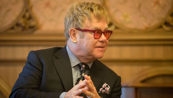 Elton John durante un encuentro con presidente de Ucrania, Petró Poroshenko - Sputnik Mundo