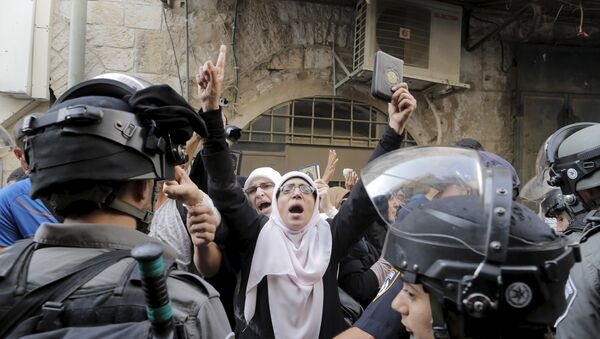 Policíacos israelíes impiden a las mujeres palestinas entrar en a la mezquita de Al Aqsa - Sputnik Mundo