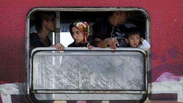 Refugiados en el tren en Macedonia - Sputnik Mundo
