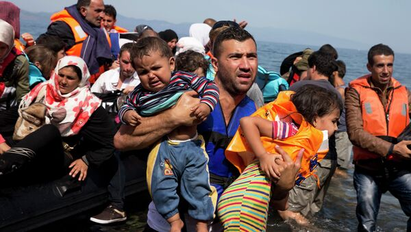 Refugiados sirios desembarcan a la isla Lesbos en Grecia - Sputnik Mundo