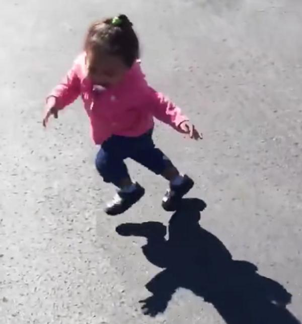 Fantasmagórica sombra acecha a un bebé - Sputnik Mundo