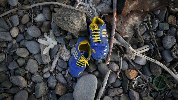 Zapatos de un niño - Sputnik Mundo