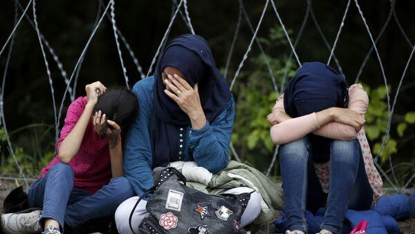 Refugiados cerca de la frontera entre Serbia y Hungría - Sputnik Mundo