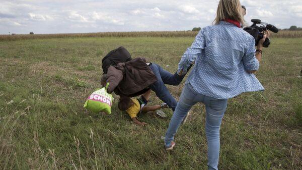 Refugiados sirios atacados por la periodista húngara - Sputnik Mundo